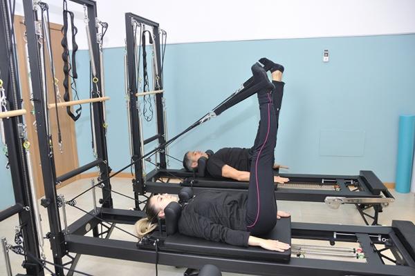 realizar pilates con máquinas frente al pilates de suelo